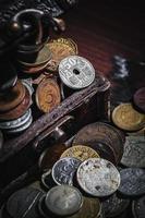 gamla mynt i bröstet foto