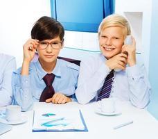 två smarta barn på kontoret foto