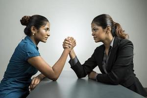affärskvinnor kämpar för kontroll. foto