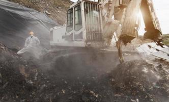 grävare i soporcentralen foto