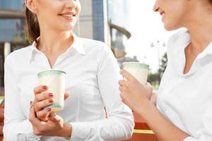 två affärskvinna som har en kaffepaus foto