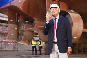 affärsman som använder walkie talkie på plats foto