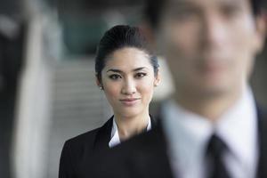 asiatisk affärskvinna med ett allvarligt uttryck. foto