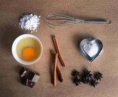 bakning ingredienser på gammal brun papper bakgrund foto