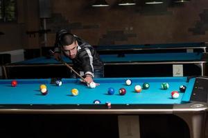 ung man koncentration på bollen