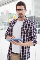 koncentrerad affärsman med digital tablet