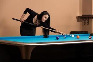 ung kvinna koncentration på bollen