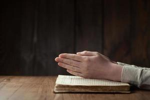 kvinna som läser Bibeln foto