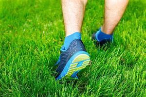 närbild av en manlig löpare stående - utrymme för text. foto