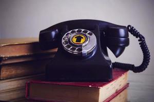 gammal telefon på boken foto