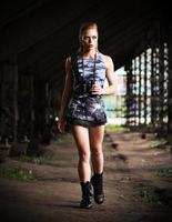 kvinna i uniform med kikare (mörk version) foto