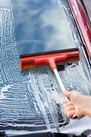 handtvättande bilfönster med mopp foto