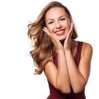 vacker förvånad brunett tjej över vita. skönhet kvinna foto