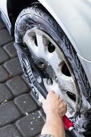 utsikt över hubcap-rengöring foto