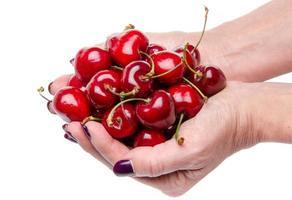 kvinnans händer fulla av färska körsbär