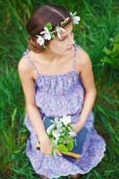 flicka i vårträdgården foto