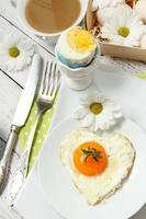 påskbord inställning med blommor och ägg foto