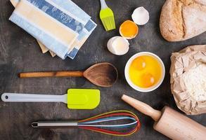 bakning köksredskap på vintage planked träbord ovanifrån foto