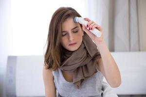 kvinna som mäter temperatur foto