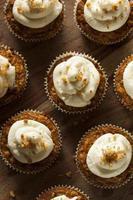 hembakade morotmuffin med gräddeostfrostning foto