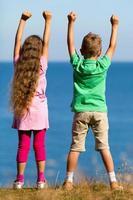pojke och flicka under sommartid foto