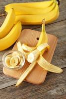 bananer på grå träbakgrund foto