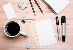 kontorsutrustning med kaffe foto