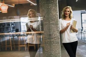 attraktiv affärskvinna i office foto