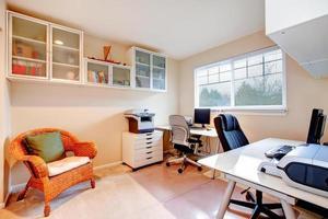 neutrala färger kontor rum foto