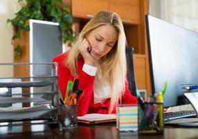 trött tjej på kontoret foto