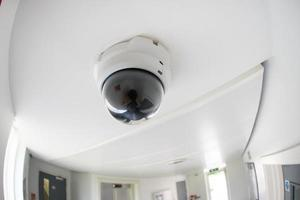 säkerhet, cctv-kamera i kontorsbyggnad foto