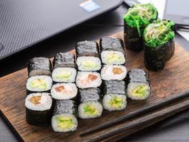 snabb sushi lunch på kontoret foto
