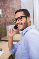 affärsman som använder mobiltelefonen i office foto