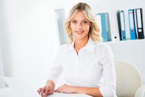 affärskvinna som använder bärbar dator på kontoret foto