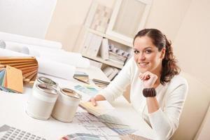 kvinna på sitt kontor som gör inredning foto