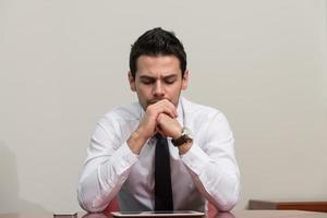 ung affärsman som har stress på kontoret