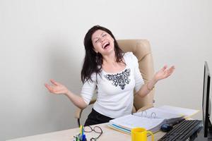 glad känslomässig kvinna på kontoret foto