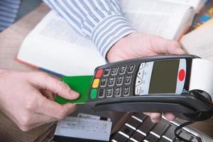 betalningsterminal på kontoret. foto