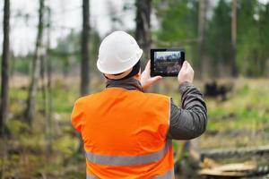 skog officer med tablet pc foto