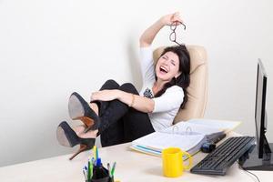 känslomässig kvinna på kontoret foto