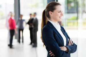 affärskvinna som tittar utanför kontorsfönstret foto