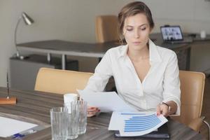 affärskvinna på kontoret foto