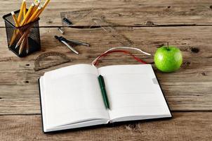 öppen dagbok med tomma sidor på arbetsplatsen. närbild foto