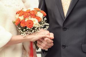 brudgummen på ett registerkontor foto