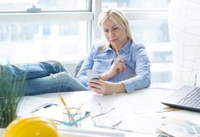 affärskvinna kopplar av på kontoret. foto