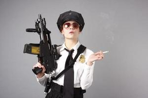 kvinnlig polis med cigarett och pistol foto
