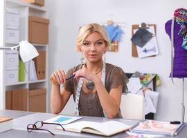 kläddesigner på jobbet på hennes kontor foto