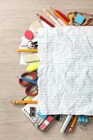 blankt papper på massor av kontorsmaterial foto