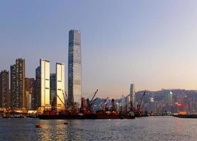 kontorsbyggnad vid solnedgången i Hong Kong foto