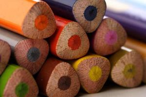 regnbågefärgade pennor - närbild foto